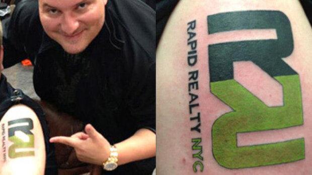 Des agents immobiliers se font tatouer le logo de leur agence
