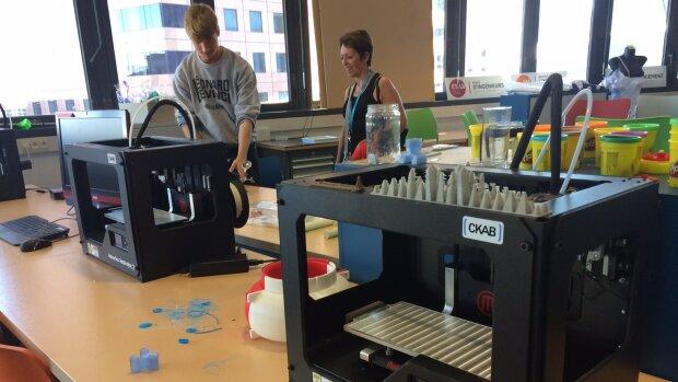 Covid-19 : enseignants et étudiants du FabLab De Vinci fabriquent des visières et des valves