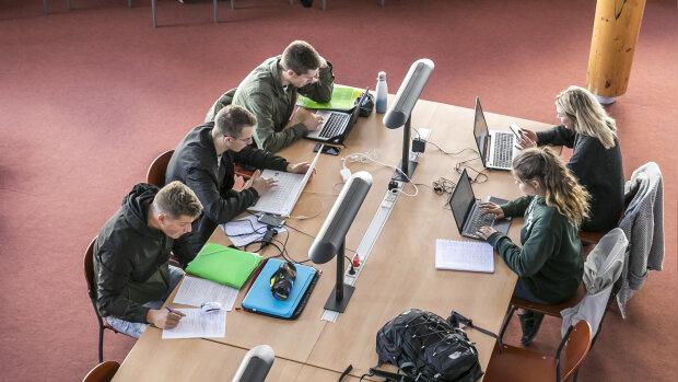 Débat : digitalisation accélérée des formations, stop ou encore ?