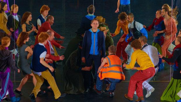 Le spectacle «Room With A View» par la compagnie La Horde et Rone, un artiste InFiné. - © Boris Camaca