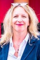 Anne Rivière est diplômée d'HEC et titulaire d'un doctorat en sciences de gestion de l'Université Toulouse 1 Capitol