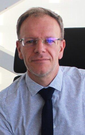 Yannick Jolly est diplômé d'un master de management de l'IAE de Poitiers et d'une maîtrise de philosophie de l'Université de Bordeaux Montaigne