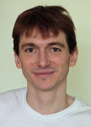Boris Gralak est diplômé de l'École polytechnique (1997) et titulaire d'un DEA (1998) et d'un doctorat (2001) obtenus à Aix-Marseille Université.