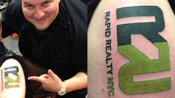 Des agents immobiliers se font tatouer le logo de leur agence - © D.R.