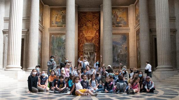 La grande section de l'école Victor Hugo de Saint-Ouen en visite au Panthéon avant le concert. - © Jérôme Panconi