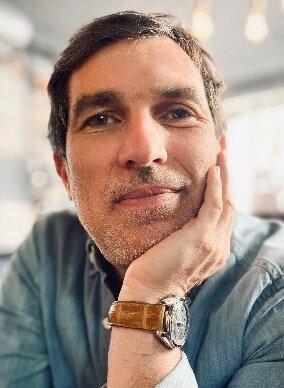 Laurent Stencel est titulaire d'une licence en SHS en l'Université Paris 4 (devenue Sorbonne Université) et d'un master en communication des entreprises de Neoma.