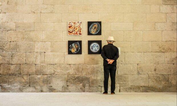 Exposition à l'abbaye de Silvacane, à la Roque d'Anthéron. - © AiR