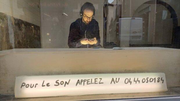 Julien Daillère lors d'une de ses «téléperformances», à l'Institut Français de Roumanie à Bucarest. - © Benjamin Trouche