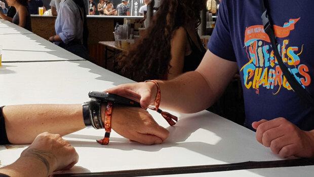 Le cashless pourrait faciliter les mesures de distanciation sociale en festival. - © D.R.