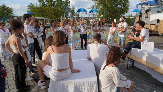 Des jeunes en service civique sur le site du Festival des Arts de Bordeaux - © Pierre Planchenault