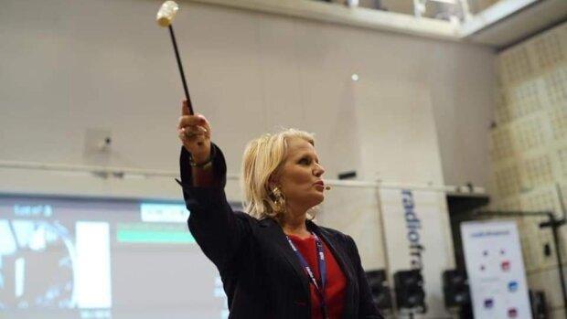 Elsa Jolhy-Malhomme lors d'une séance de vente. - © Radio France