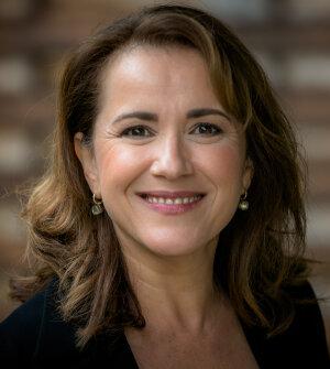Virginie de Barnier entre à l'Edhec en tant que professeure et responsable du département marketing en 1991
