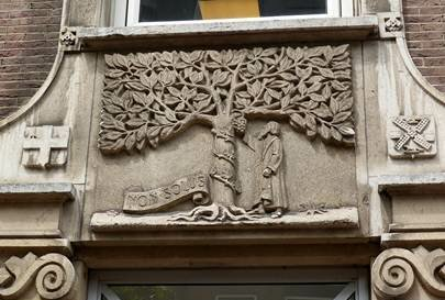 Le logo Elsevier sur un vieux bâtiment spécialement construit pour l'entreprise à Amsterdam (aux alentours de 1912)