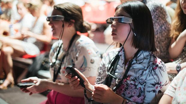 Le dispositif de surtitrage Panthea avec lunettes, au Festival d'Avignon 2019. - © Ian Wallman