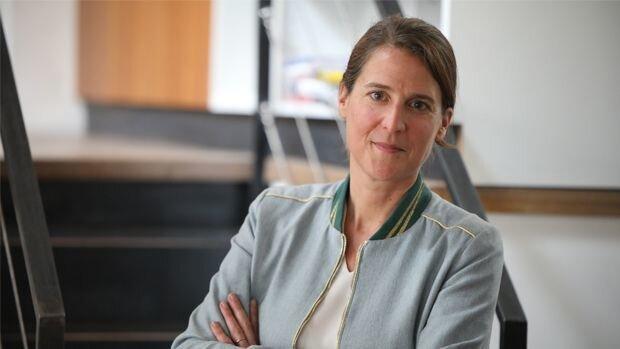 Caroline ACS, Directrice des Éditions Tissot, présente la collection ACTIV. - © D.R.