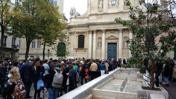 Plus de 250 personnes se sont réunies en hommage à Samuel Paty sur la place de la Sorbonne. - © Isabelle Cormaty