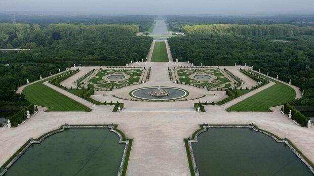 450 chênes ont été replantés sur une allée du site, grâce au soutien du groupe. - © Château de Versailles