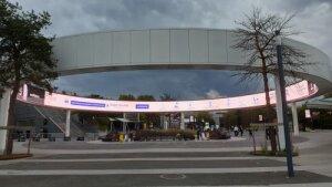 Covid-19: message lumineux pour les consignes - entrée Paris Expo - Septembre 2020 - © D.R.