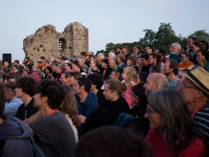 Gradin dans la ruine du château d'Hédé-Bazouges pendant le Bonus Festival. - © Julie Hascoet