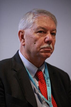 Gilles Bousquet est professeur de littérature comparée, il a fait toute sa carrière aux Etats-Unis où il est passé par la tenure track.
