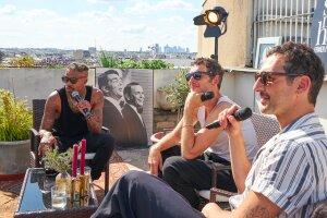 Aaron en interview sur un rooftop privé à Paris dans l'émission de Show Must Go Home