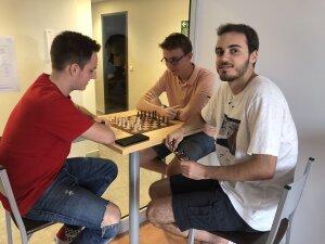 Mathis, Fabien et Hugo apprécient la proximité de ce campus contrairement à celui de Nice, plus difficile d'accès. - © Marine Dessaux