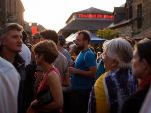 Public au Bonus Festival, à côté du Théâtre de Poche. - © Julie Hascoet