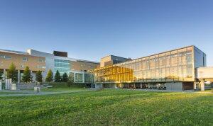 Dans l'université du Québec en Abitibi-Témiscamingue, le Campus de Rouyn-Noranda est équipé en matériel de qualité. © Mathieu Dupuis (UQAT)