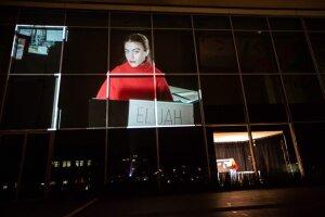 La lecture est filmée depuis une micro-scène et projeté sur la façade du lieu.