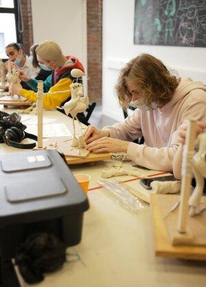 Les étudiants apprennent les bases de l'animation en s'initiant à la sculpture - © Marine Dessaux