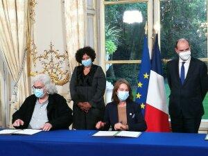 Signature du protocole d'accord «rémunérations et carrières», le 12 octobre.