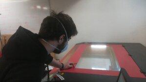 Etudiant du fablab De Vinci fabriquant une visière